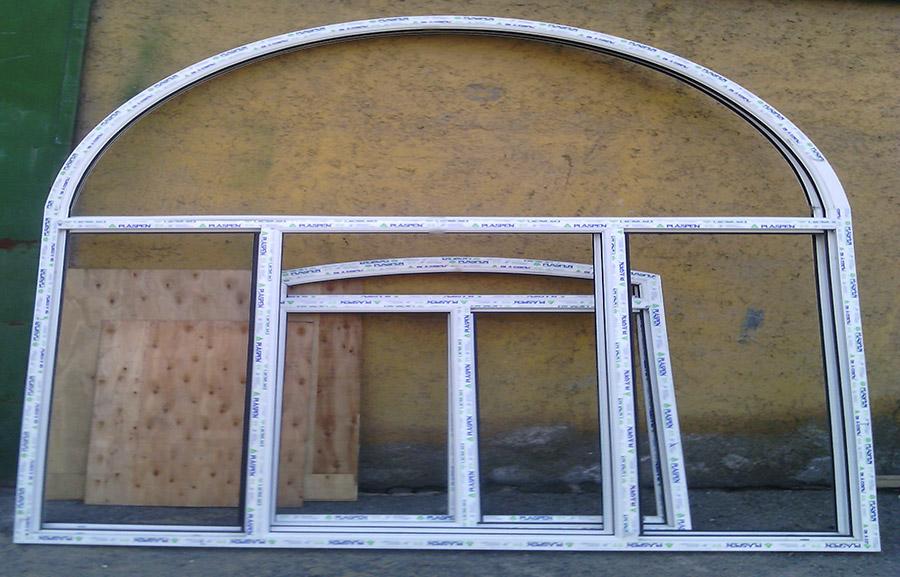 پنجره قوسی ساخته شده که به صورت فیکس اجرا میشود و به رنگ سفید میباشد